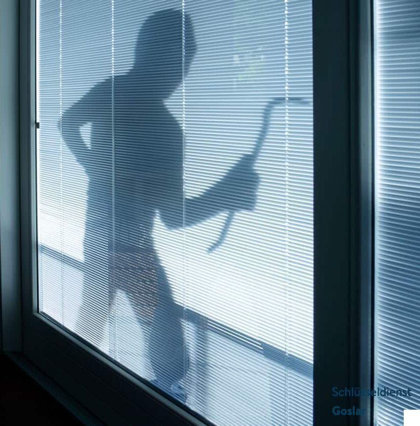 Einbrecher vor dem Fenster
